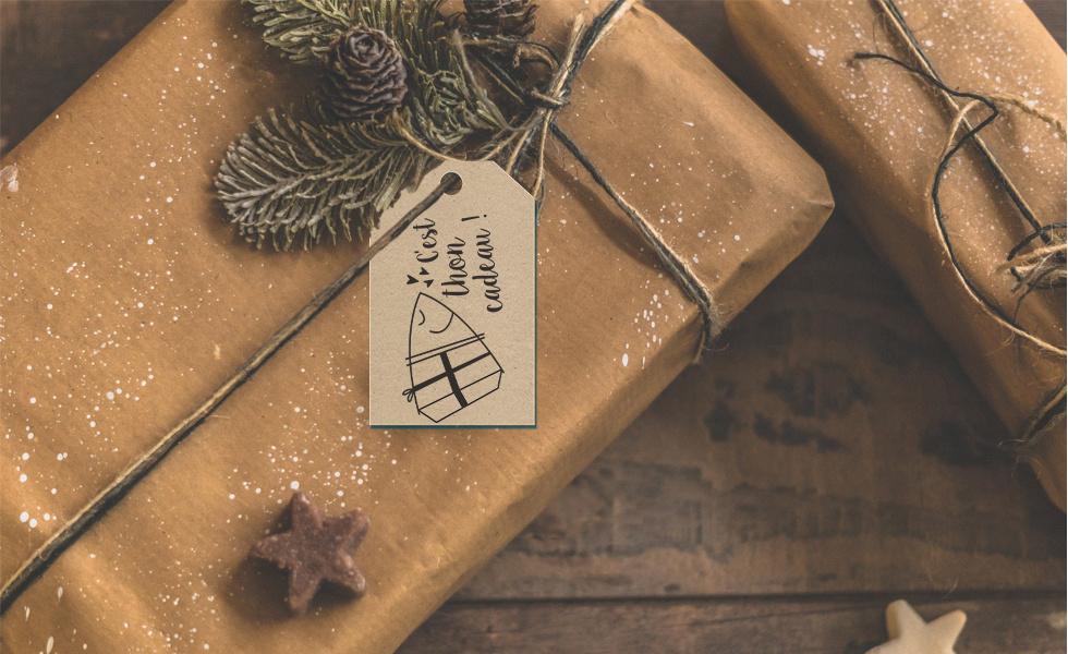 Cadeau avec étiquette de Noël