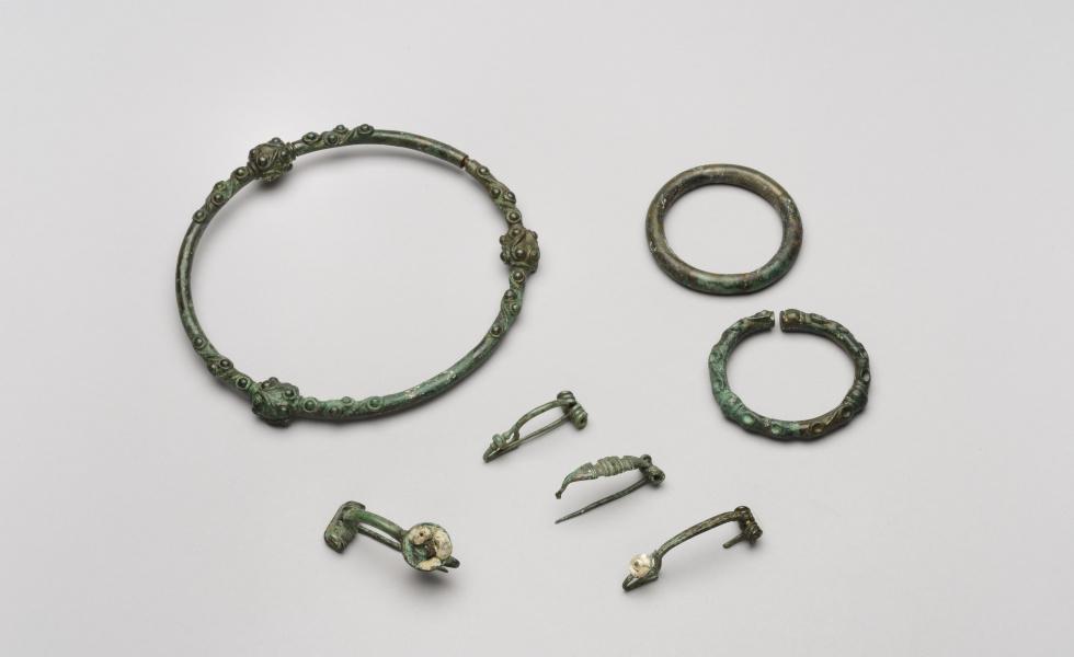 Torque, bracelets et fibules, Villeseneux (Marne), IIIe siècle avant notre ère.